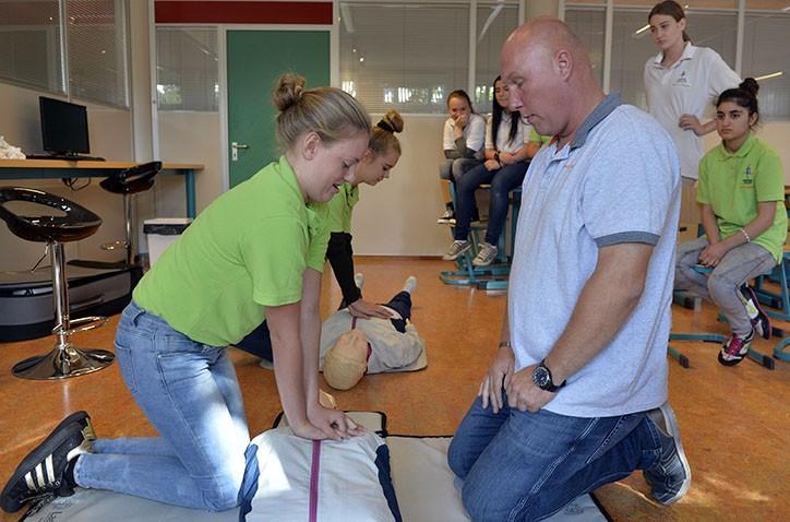 Hondsrug-leerlingen behalen certificaat AED en Reanimatie