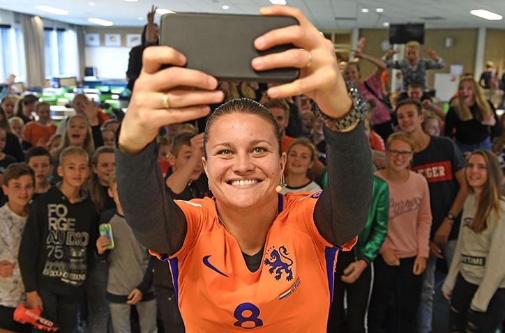 Voetbalkampioen Sherida Spitse werkt Hondsrug-leerlingen in het zweet