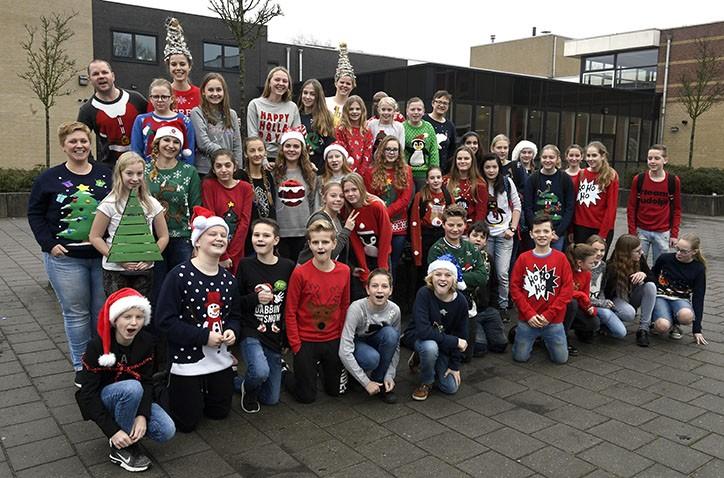 Gekke kersttruiendagen Hondsrug College leveren 1500 euro op